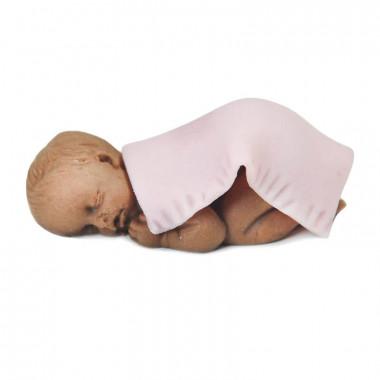 Ciemnoskóre niemowlę pod kocykiem z marcepanu, różowy