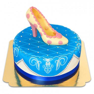 Niebieski tort deluxe z czekoladowym pantofelkiem i wstążką