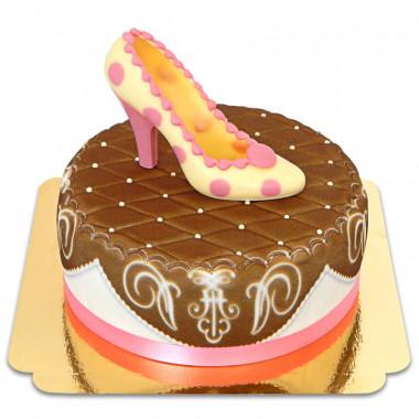 Brązowy tort deluxe z czekoladowym pantofelkiem i wstążką