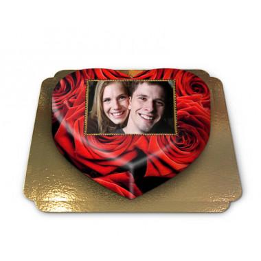 Tort w kształcie serca ze zdjęciem, tło w czerwone róże