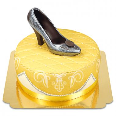 Złoty tort deluxe ze srebrnym czekoladowym pantofelkiem i wstążką