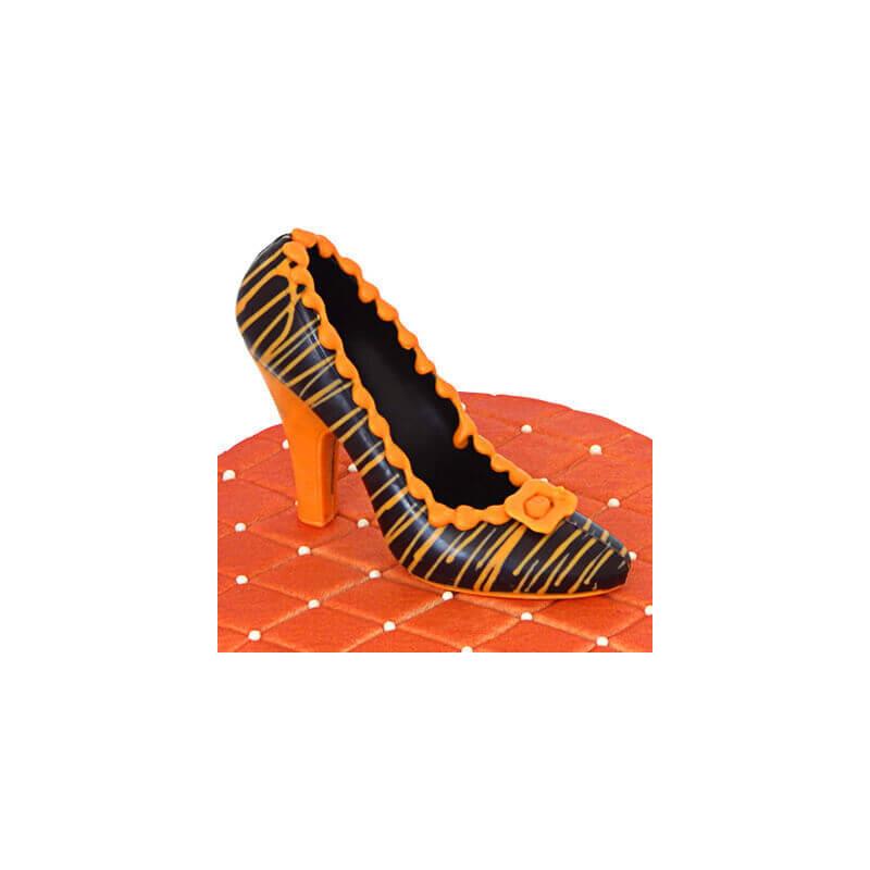 Ciemny czekoladowy pantofelek w pomarańczowe paseczki na torcie