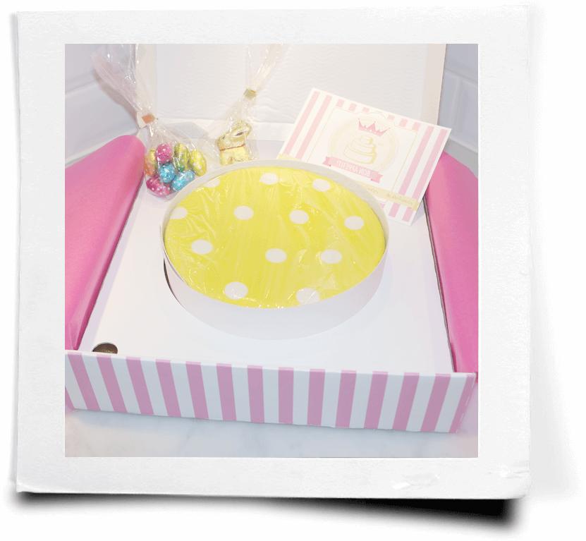 Otwarty karton z tortem
